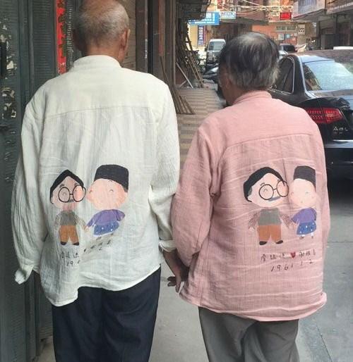 """Ngưỡng mộ cặp """"tình già"""" mặc áo đôi nắm chặt tay nhau trên đường phố - Ảnh 1"""