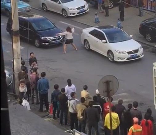 """Xôn xao người phụ nữ """"múa"""" giữa đường để chặn xe - Ảnh 2"""