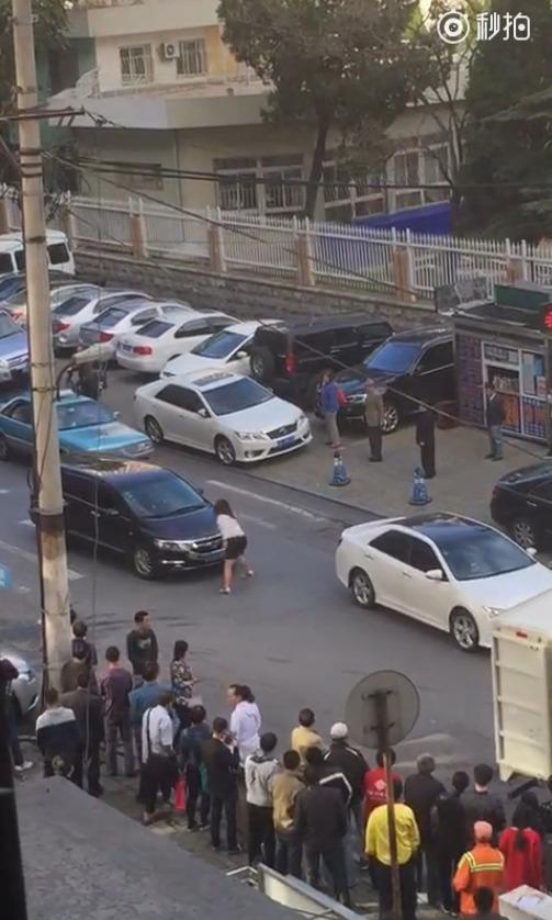 """Xôn xao người phụ nữ """"múa"""" giữa đường để chặn xe - Ảnh 3"""