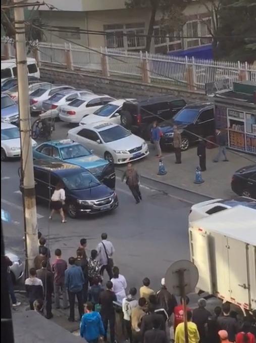 """Xôn xao người phụ nữ """"múa"""" giữa đường để chặn xe - Ảnh 4"""