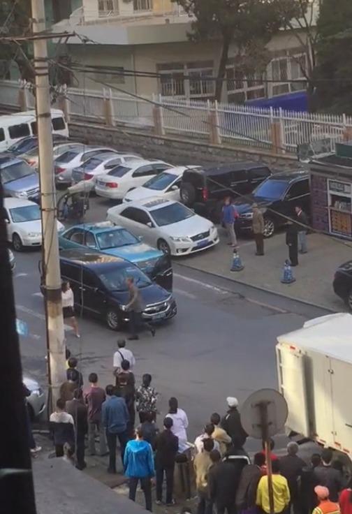 """Xôn xao người phụ nữ """"múa"""" giữa đường để chặn xe - Ảnh 5"""