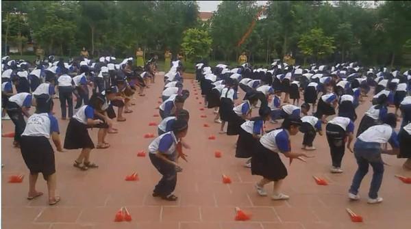 Cư dân mạng choáng với màn tập thể dục, múa quạt của các em học sinh tiểu học - Ảnh 1