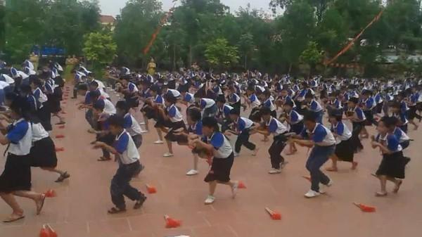 Cư dân mạng choáng với màn tập thể dục, múa quạt của các em học sinh tiểu học - Ảnh 2