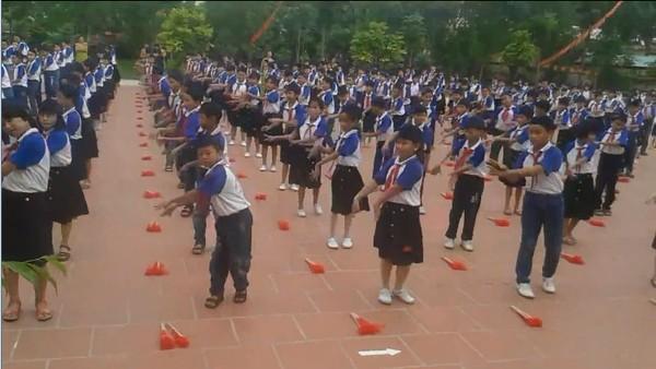 Cư dân mạng choáng với màn tập thể dục, múa quạt của các em học sinh tiểu học - Ảnh 3