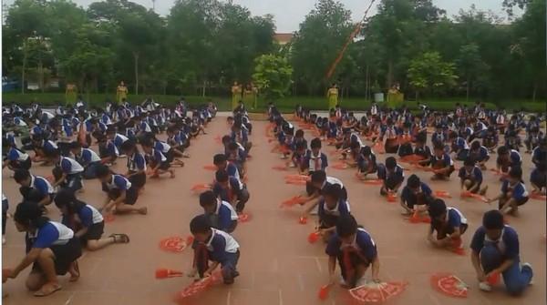 Cư dân mạng choáng với màn tập thể dục, múa quạt của các em học sinh tiểu học - Ảnh 4