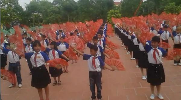 Cư dân mạng choáng với màn tập thể dục, múa quạt của các em học sinh tiểu học - Ảnh 5