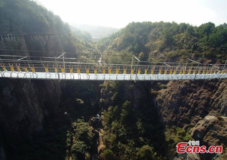 """Những hình ảnh thú vị trên """"cây cầu khiếp vía"""" đình đám của Trung Quốc - Ảnh 1"""