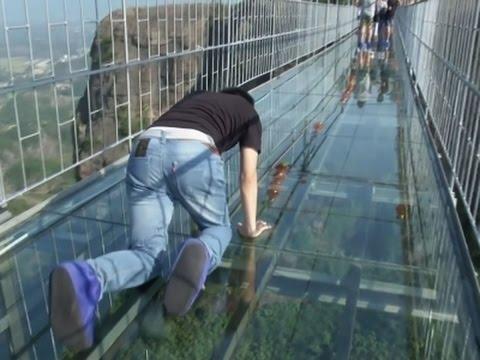 """Những hình ảnh thú vị trên """"cây cầu khiếp vía"""" đình đám của Trung Quốc - Ảnh 11"""