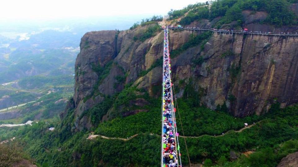 """Những hình ảnh thú vị trên """"cây cầu khiếp vía"""" đình đám của Trung Quốc - Ảnh 14"""