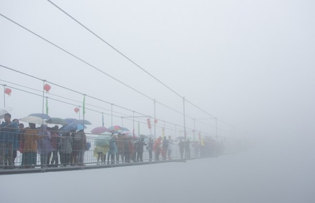 """Những hình ảnh thú vị trên """"cây cầu khiếp vía"""" đình đám của Trung Quốc - Ảnh 15"""