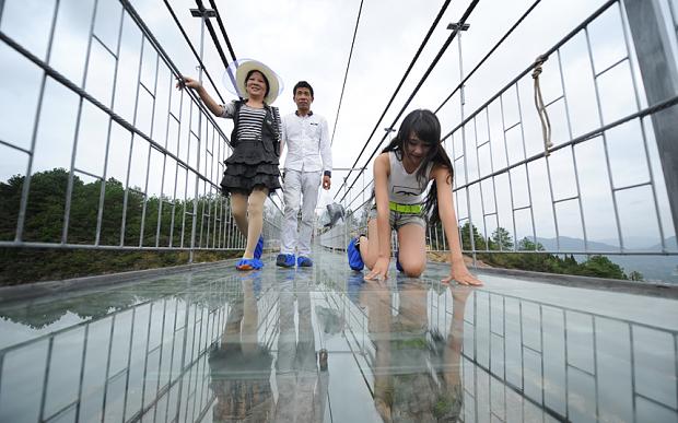"""Những hình ảnh thú vị trên """"cây cầu khiếp vía"""" đình đám của Trung Quốc - Ảnh 12"""