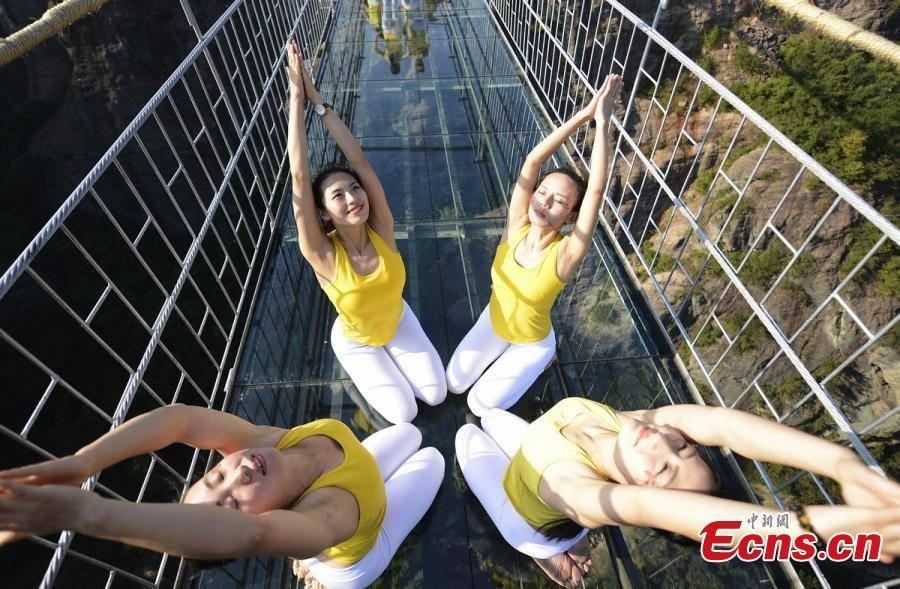 """Những hình ảnh thú vị trên """"cây cầu khiếp vía"""" đình đám của Trung Quốc - Ảnh 5"""