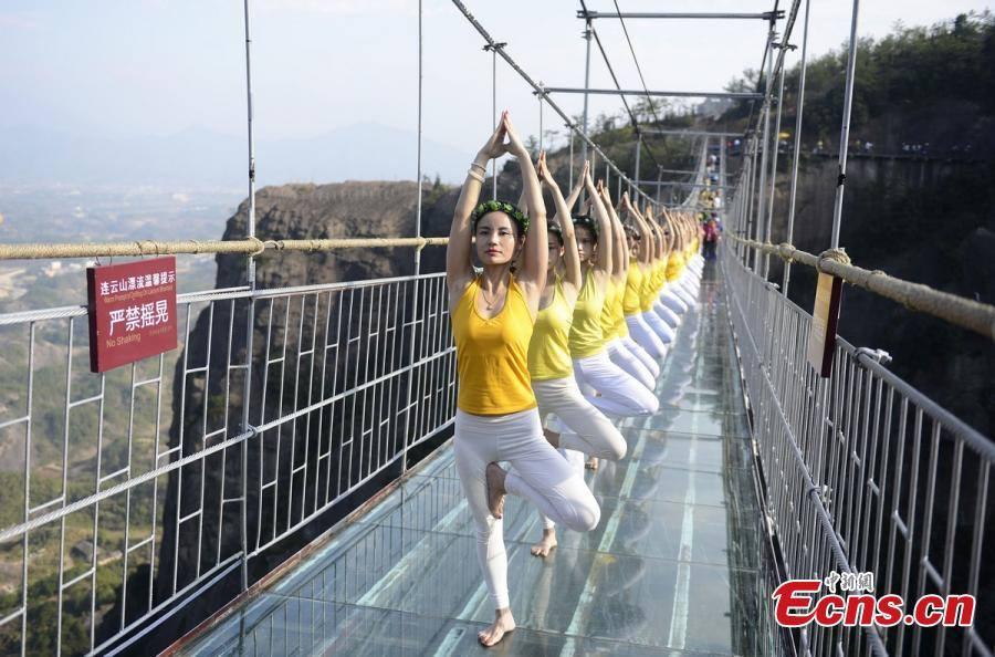 """Những hình ảnh thú vị trên """"cây cầu khiếp vía"""" đình đám của Trung Quốc - Ảnh 6"""