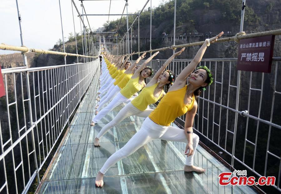 """Những hình ảnh thú vị trên """"cây cầu khiếp vía"""" đình đám của Trung Quốc - Ảnh 7"""