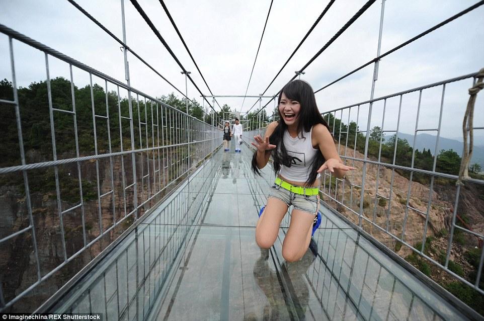 """Những hình ảnh thú vị trên """"cây cầu khiếp vía"""" đình đám của Trung Quốc - Ảnh 8"""