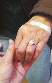 Ngưỡng mộ cụ ông 88 tuổi mua tặng vợ nhẫn kim cương gần 200 triệu - Ảnh 2
