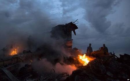 Chùm ảnh thế giới tưởng niệm 1 năm vụ MH17 bị bắn rơi - Ảnh 6