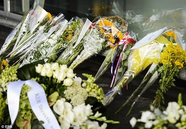 Chùm ảnh thế giới tưởng niệm 1 năm vụ MH17 bị bắn rơi - Ảnh 12