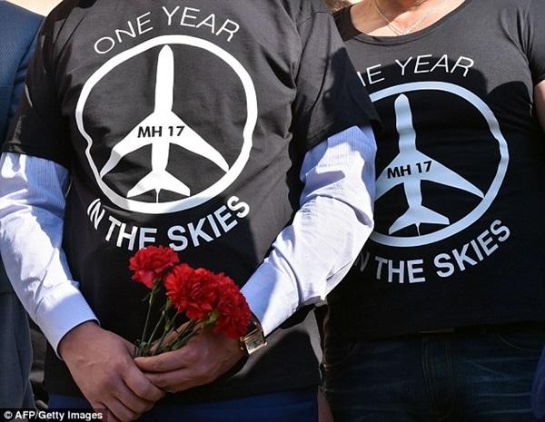 Chùm ảnh thế giới tưởng niệm 1 năm vụ MH17 bị bắn rơi - Ảnh 13