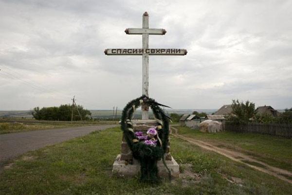 Chùm ảnh thế giới tưởng niệm 1 năm vụ MH17 bị bắn rơi - Ảnh 1