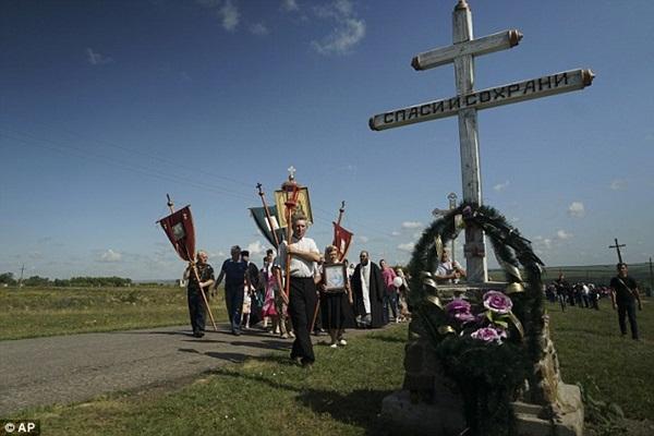 Chùm ảnh thế giới tưởng niệm 1 năm vụ MH17 bị bắn rơi - Ảnh 8