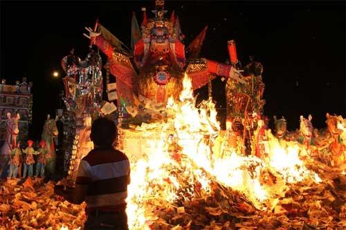 Sự khác nhau trong lễ cúng cô hồn của các nước trên thế giới - Ảnh 4