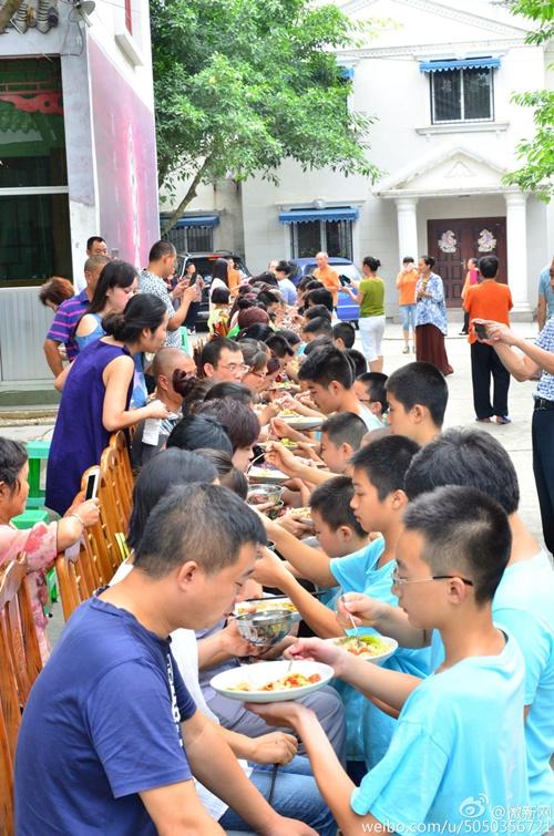Bạn trẻ Trung Quốc quỳ gối bón cơm cho bố mẹ để bày tỏ lòng hiếu thảo - Ảnh 3