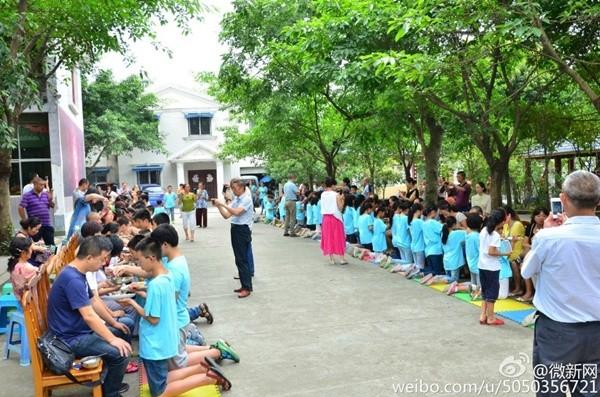 Bạn trẻ Trung Quốc quỳ gối bón cơm cho bố mẹ để bày tỏ lòng hiếu thảo - Ảnh 4
