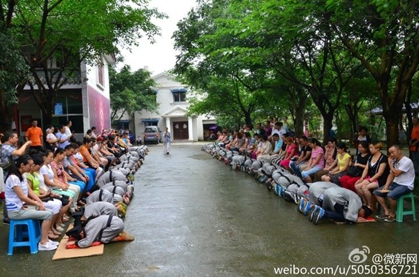 Bạn trẻ Trung Quốc quỳ gối bón cơm cho bố mẹ để bày tỏ lòng hiếu thảo - Ảnh 6