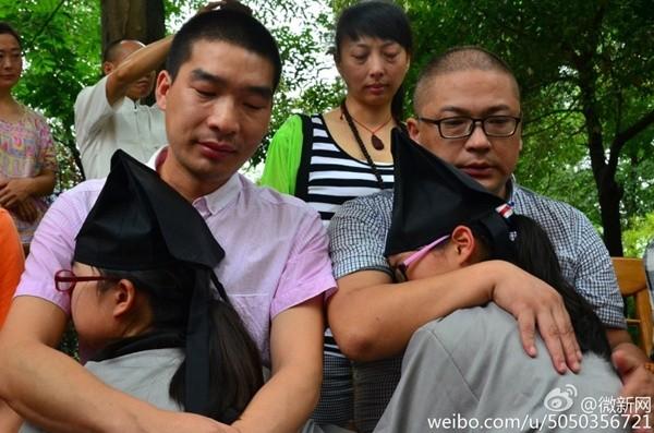 Bạn trẻ Trung Quốc quỳ gối bón cơm cho bố mẹ để bày tỏ lòng hiếu thảo - Ảnh 7
