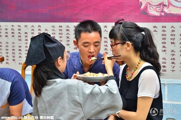 Bạn trẻ Trung Quốc quỳ gối bón cơm cho bố mẹ để bày tỏ lòng hiếu thảo - Ảnh 8