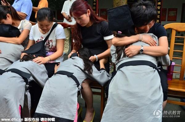Bạn trẻ Trung Quốc quỳ gối bón cơm cho bố mẹ để bày tỏ lòng hiếu thảo - Ảnh 9