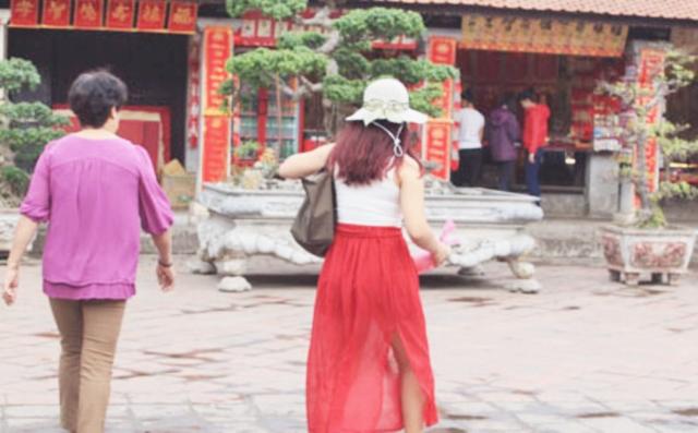 Thiếu nữ vô tư diện trang phục phản cảm nơi linh thiêng - Ảnh 6