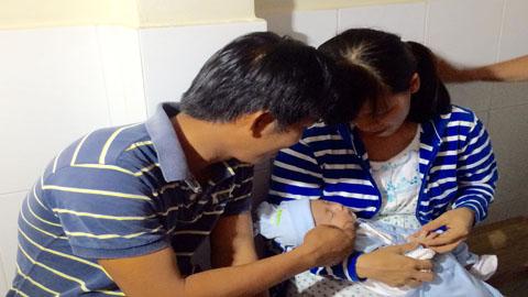 Gia đình bé trai bị đâm xuyên sọ hạnh phúc ngày tái khám - Ảnh 5