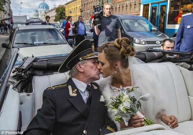 Những đám cưới chênh lệch tuổi tác khiến dân mạng xôn xao - Ảnh 1