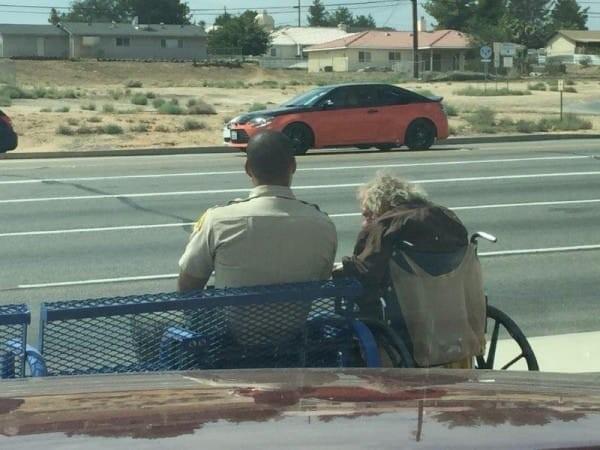 Cảm động viên cảnh sát ngồi bên ông lão khuyết tật giữa trời nắng suốt 4 tiếng - Ảnh 1
