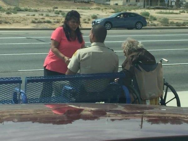 Cảm động viên cảnh sát ngồi bên ông lão khuyết tật giữa trời nắng suốt 4 tiếng - Ảnh 3