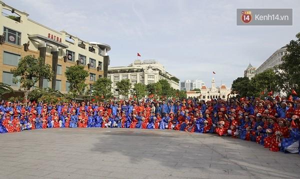 100 cặp uyên ương tham gia đám cưới tập thể trên đường phố Sài Gòn - Ảnh 9