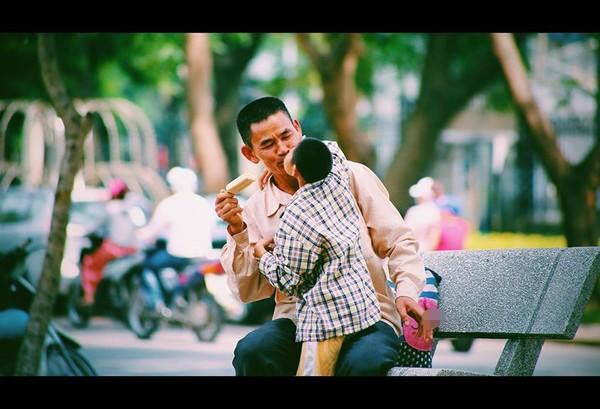 Nụ hôn của em bé khuyết tật và người cha nghèo giữa phố Hà Nội - Ảnh 1