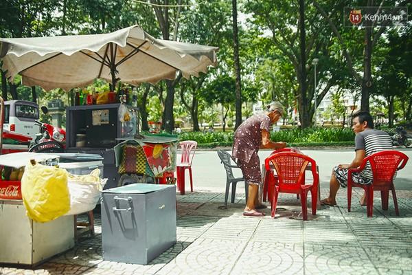 Clip: Nghe bà cụ 87 tuổi bán nước vỉa hè Sài Gòn nói 4 thứ tiếng - Ảnh 1
