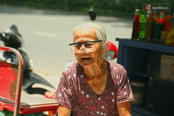 Clip: Nghe bà cụ 87 tuổi bán nước vỉa hè Sài Gòn nói 4 thứ tiếng - Ảnh 2