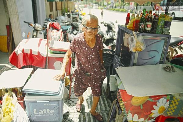 Clip: Nghe bà cụ 87 tuổi bán nước vỉa hè Sài Gòn nói 4 thứ tiếng - Ảnh 3