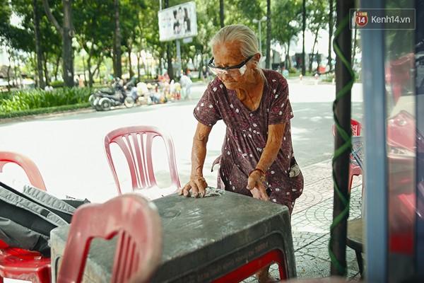 Clip: Nghe bà cụ 87 tuổi bán nước vỉa hè Sài Gòn nói 4 thứ tiếng - Ảnh 6