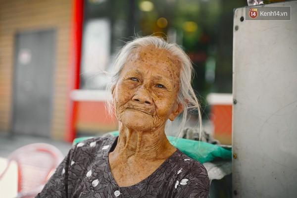 Clip: Nghe bà cụ 87 tuổi bán nước vỉa hè Sài Gòn nói 4 thứ tiếng - Ảnh 7
