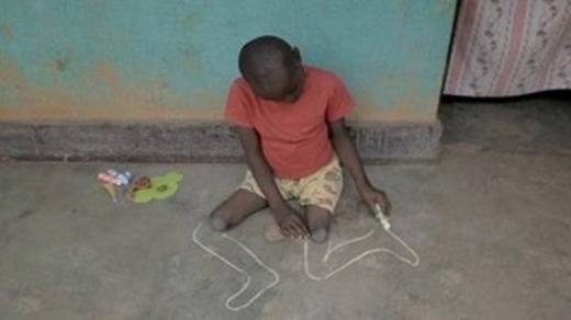 Xót thương cậu bé tật nguyền vẽ ước mơ trên nền đất - Ảnh 2