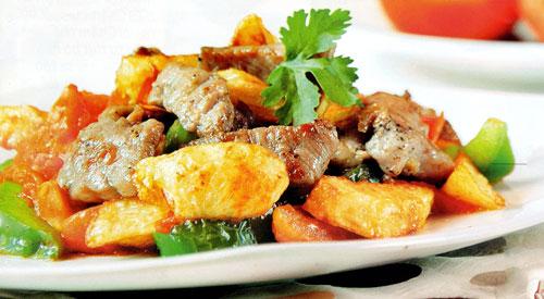 Thịt heo xào khoai tây thơm nức cho bữa cơm đầu tuần - Ảnh 1