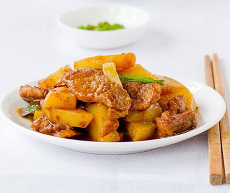 Thịt heo xào khoai tây thơm nức cho bữa cơm đầu tuần - Ảnh 2