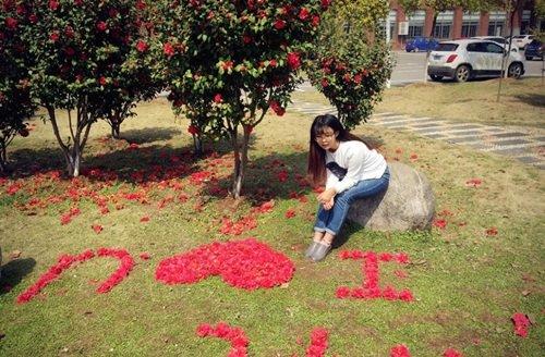 Nữ sinh xinh đẹp xếp hoa tỏ tình với bạn trai phương xa - Ảnh 2
