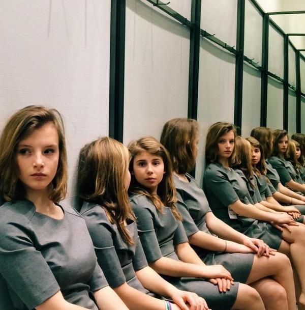 """Bức ảnh """"hại não"""" gây tranh cãi kịch liệt: Có 2 hay 4 cô gái trong hình? - Ảnh 1"""
