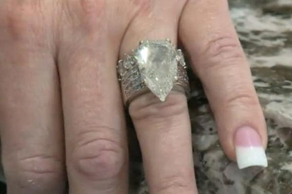 Cặp vợ chồng bới hơn 7 tấn rác để tìm nhẫn kim cương 10 tỷ đồng - Ảnh 1